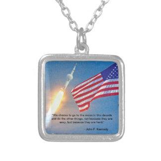 米国旗が付いているアポロ11進水 シルバープレートネックレス