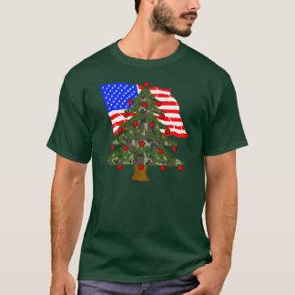 米国旗が付いている緑のカムフラージュのクリスマスツリー Tシャツ