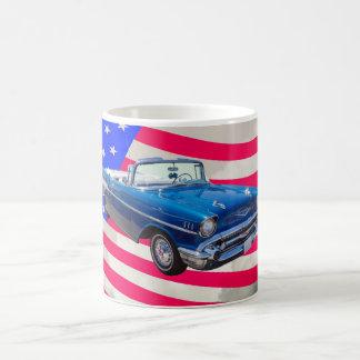 米国旗が付いている1957年のシボレーBel Air コーヒーマグカップ