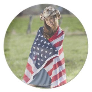 米国旗で包まれたな美しい女性のカーボーイ プレート