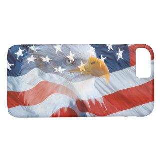 米国旗上の愛国心が強い白頭鷲 iPhone 8/7ケース