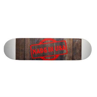 米国木背景でなされるカッコいい スケートボード