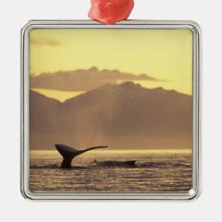 米国、アラスカの中の道のザトウクジラの メタルオーナメント