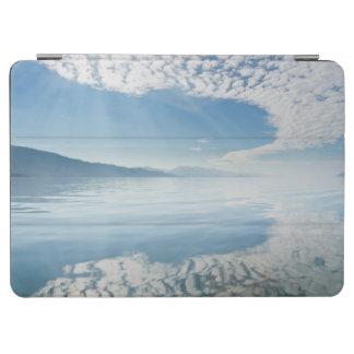 米国、アラスカの淡水湾。 反映される雲 iPad AIR カバー