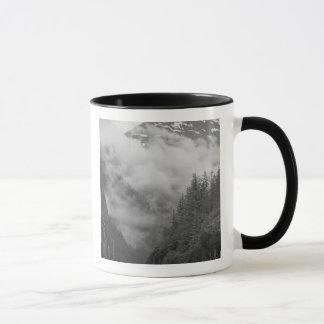 米国、アラスカ、ジュノーの雨林はフィヨルドを覆います マグカップ