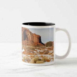 米国、アリゾナの種族記念碑の谷のナバホー人 ツートーンマグカップ