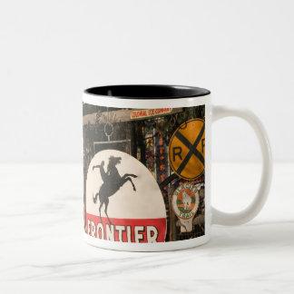 米国、アリゾナ、セドナ: 旧式な広告シンボルや象徴 ツートーンマグカップ