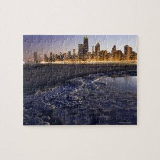 米国、イリノイ、シカゴの湖からの都市スカイライン ジグソーパズル