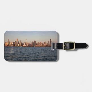 米国、イリノイ、シカゴの湖上の都市スカイライン ラゲッジタグ