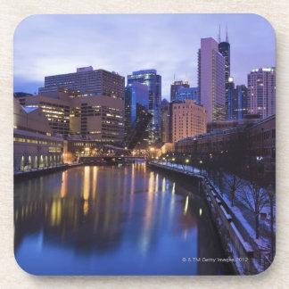 米国、イリノイ、シカゴの都市は反映しました コースター