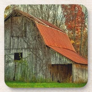 米国、インディアナ。 田園景色、つる植物で覆われた納屋 コースター