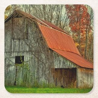 米国、インディアナ。 田園景色、つる植物で覆われた納屋 スクエアペーパーコースター