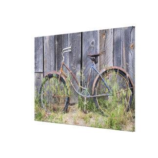 米国、オレゴンのくねり。 荒廃させた古いバイク キャンバスプリント