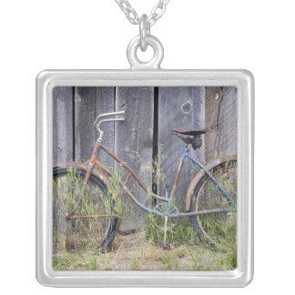 米国、オレゴンのくねり。 荒廃させた古いバイク シルバープレートネックレス