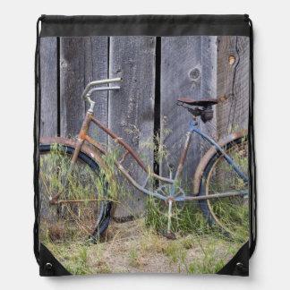 米国、オレゴンのくねり。 荒廃させた古いバイク ナップサック