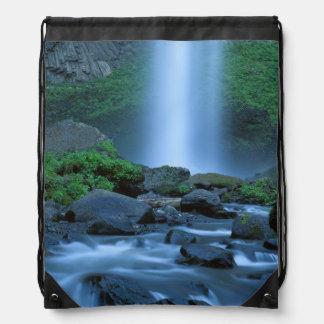 米国、オレゴンのコロンビアの峡谷、Latourellの滝 ナップサック