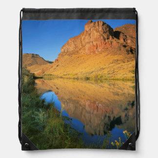 米国、オレゴンのOwyheeの川渓谷 ナップサック
