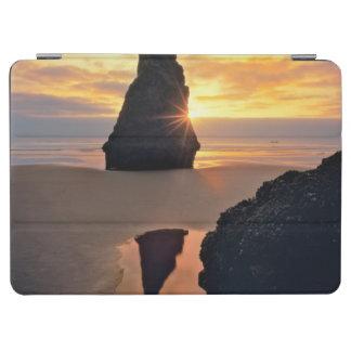 米国、オレゴン。 日没の造岩 iPad AIR カバー