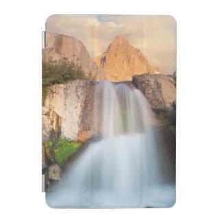 米国、カリフォルニアのInyoの国有林。 滝 iPad Miniカバー