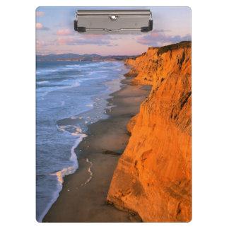 米国、カリフォルニアのPescaderoの州ビーチの崖 クリップボード