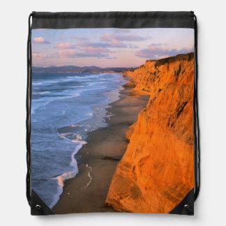 米国、カリフォルニアのPescaderoの州ビーチの崖 ナップサック
