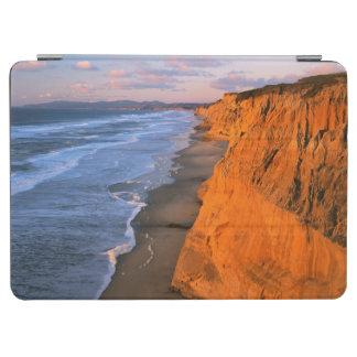 米国、カリフォルニアのPescaderoの州ビーチの崖 iPad Air カバー