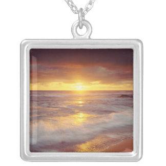 米国、カリフォルニア、サンディエゴ。 日没の崖のビーチ シルバープレートネックレス
