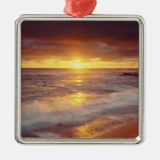 米国、カリフォルニア、サンディエゴ。 日没の崖のビーチ メタルオーナメント
