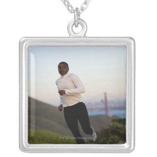 米国、カリフォルニア、サンフランシスコの女性のジョギング、 シルバープレートネックレス