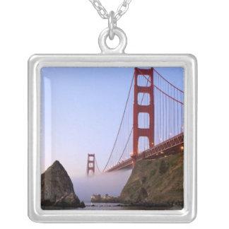 米国、カリフォルニア、サンフランシスコ。 ゴールデンゲート3 シルバープレートネックレス