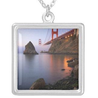 米国、カリフォルニア、サンフランシスコ。 ゴールデンゲート シルバープレートネックレス
