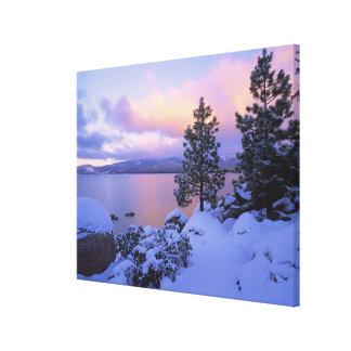 米国、カリフォルニア。 タホ湖の冬の日。 キャンバスプリント