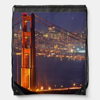 米国、カリフォルニア。 夜のゴールデンゲートブリッジ ナップサック