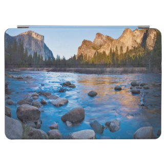 米国、カリフォルニア。 Mercedの岩が多い反射 iPad Air カバー
