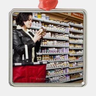米国、カリフォルニア、San Rafaelの女性のショッピング メタルオーナメント