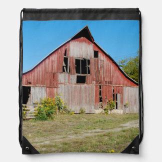 米国、カンザスの古く赤い納屋 ナップサック