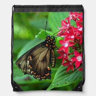 米国、カンザスの赤い花の蝶 ナップサック