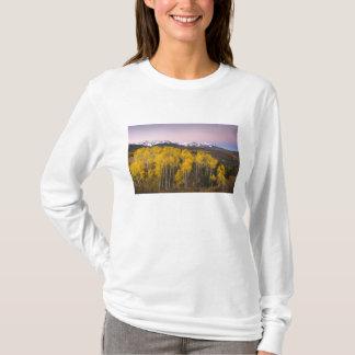 米国、コロラド州のロッキー山脈。  サンの夜明け Tシャツ