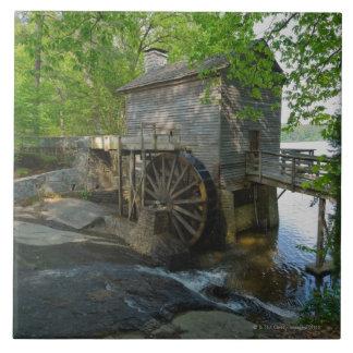 米国、ジョージアの石造り山、木のWatermill タイル