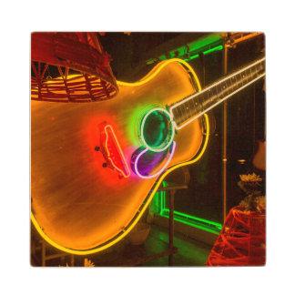 米国、テキサス州、オースティン。 恐喝のネオンギター ウッドコースター