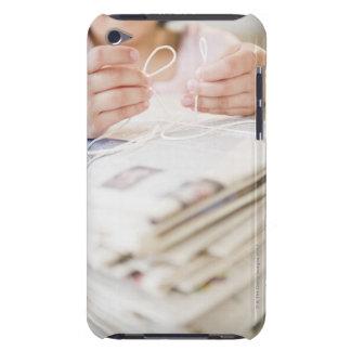 米国、ニュージャージー、ジャージーシティーの女の子(8-9)の手 Case-Mate iPod TOUCH ケース