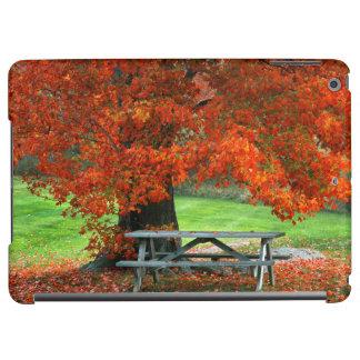 米国、ニューヨークの西公園。 かえでの下のベンチ iPad AIRケース
