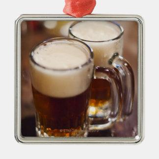 米国、ニューヨーク、ニューヨークシティのバーの2つのビール メタルオーナメント