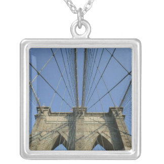 米国、ニューヨーク、ニューヨークシティ、ブルックリン: 2 シルバープレートネックレス