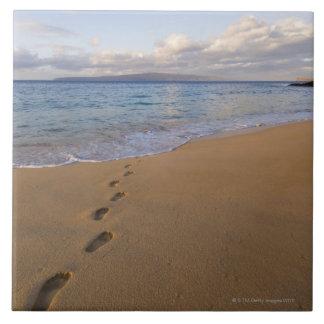 米国、ハワイ、マウイ、Waileaのビーチ2の足跡 タイル