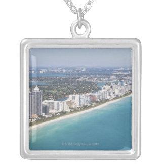 米国、フロリダ、マイアミのビーチとの都市景観 シルバープレートネックレス