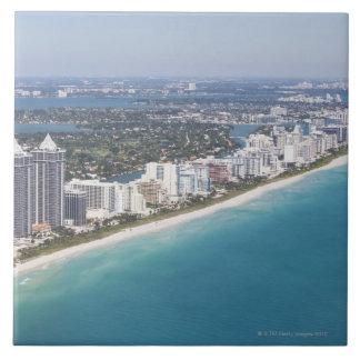 米国、フロリダ、マイアミのビーチとの都市景観 タイル