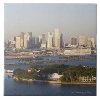 米国、フロリダ、マイアミの海岸線との都市景観 正方形タイル大
