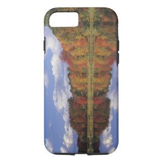 米国、マサチューセッツ、アクトン。 秋の反射 iPhone 8/7ケース