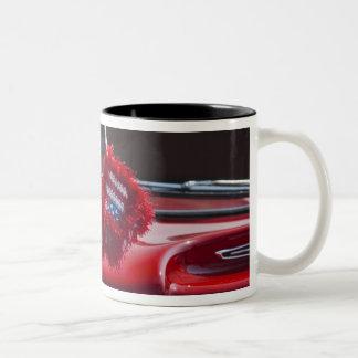 米国、マサチューセッツ、グロスター。 曖昧なサイコロとの ツートーンマグカップ